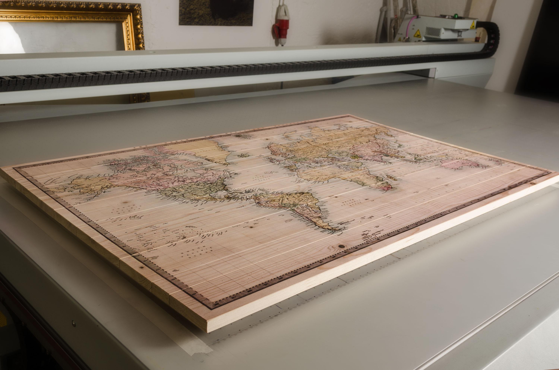 Karte auf Holz