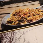 Holztisch mit Essen