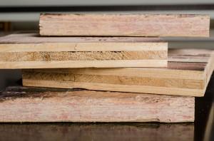 Holzplatten gestapelt