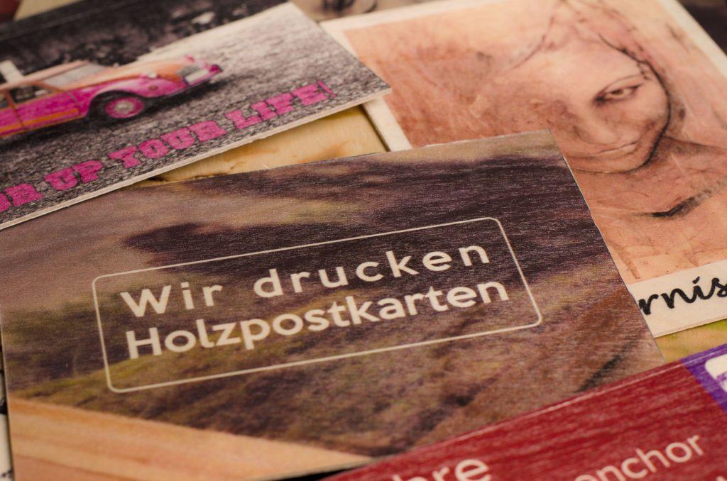 Nahaufnahme Holzpostkarte
