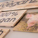 Hinweisschild aus Holz