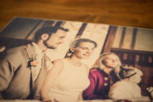 Paar auf Holz gedruckt
