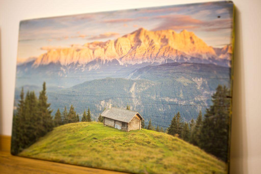 Bergpanorama gedruckt auf altem Holz