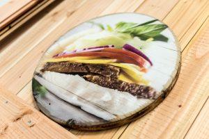 Rundgeschnittenes Holz mit Fotodruck