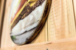 Detailansicht rundes Foto auf Holz