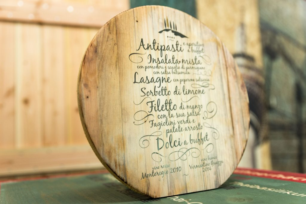 Tischaufsteller aus Holz - Speisekarte auf Holz - Menü für eine Hochzeit gedruckt auf eine Holzscheibe
