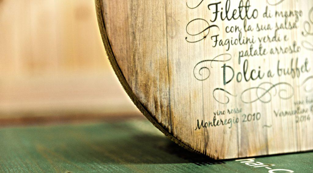 Hochzeitsmenü auf Holzscheibe