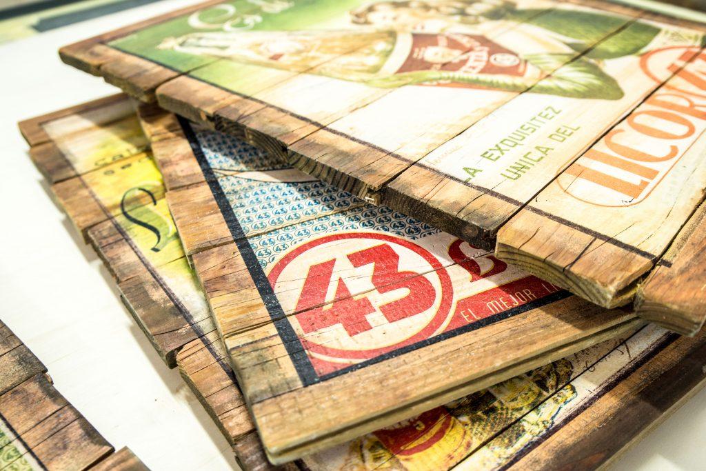 Schöne alte Motive gedruckt auf alten Holzlatten