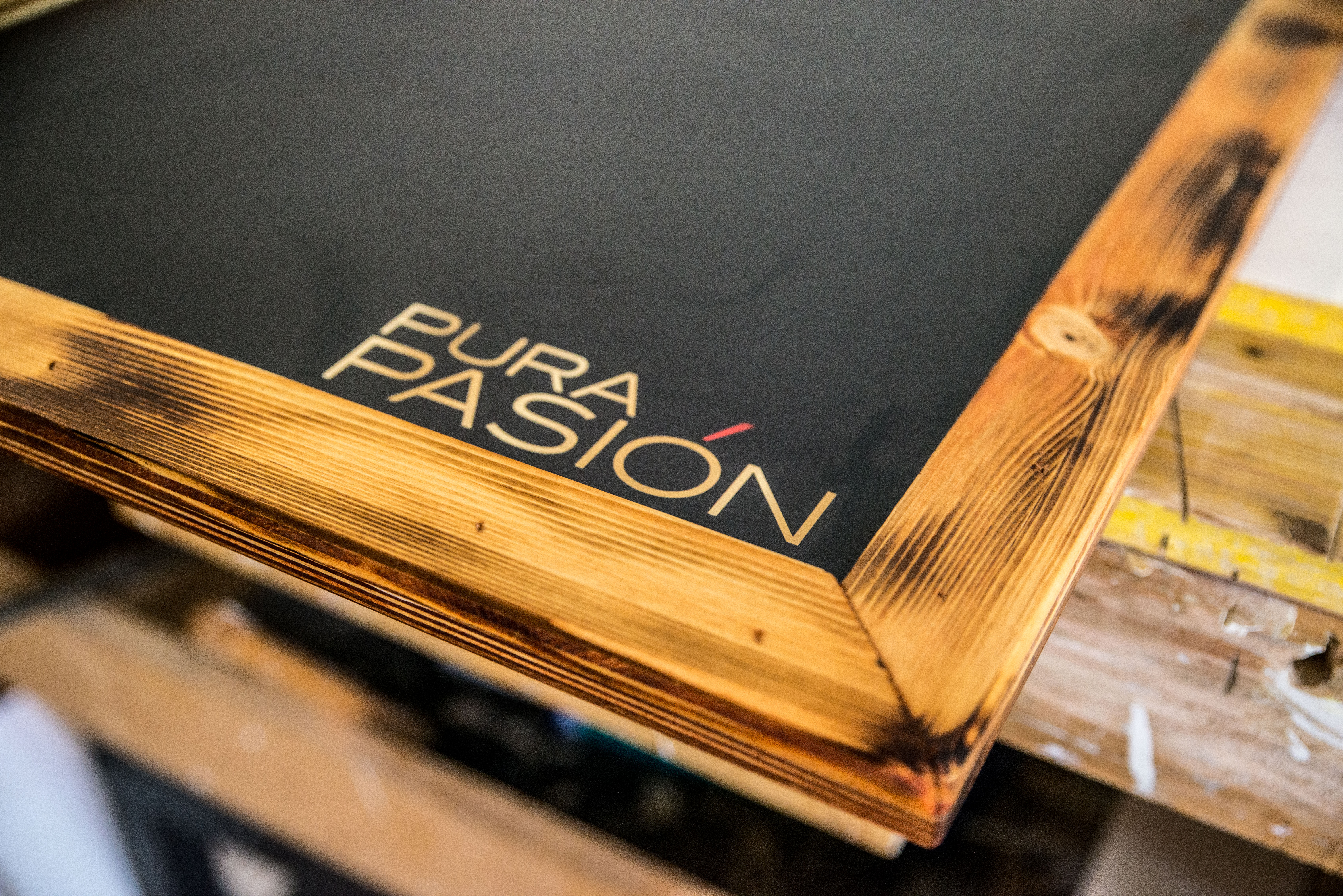 kreidetafel mit branding – druck auf holz