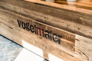 Mit einem Logo bedruckter Holztresen