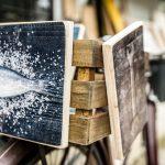 Mit Drucken gestaltete Holzkiste für ein Fahrrad
