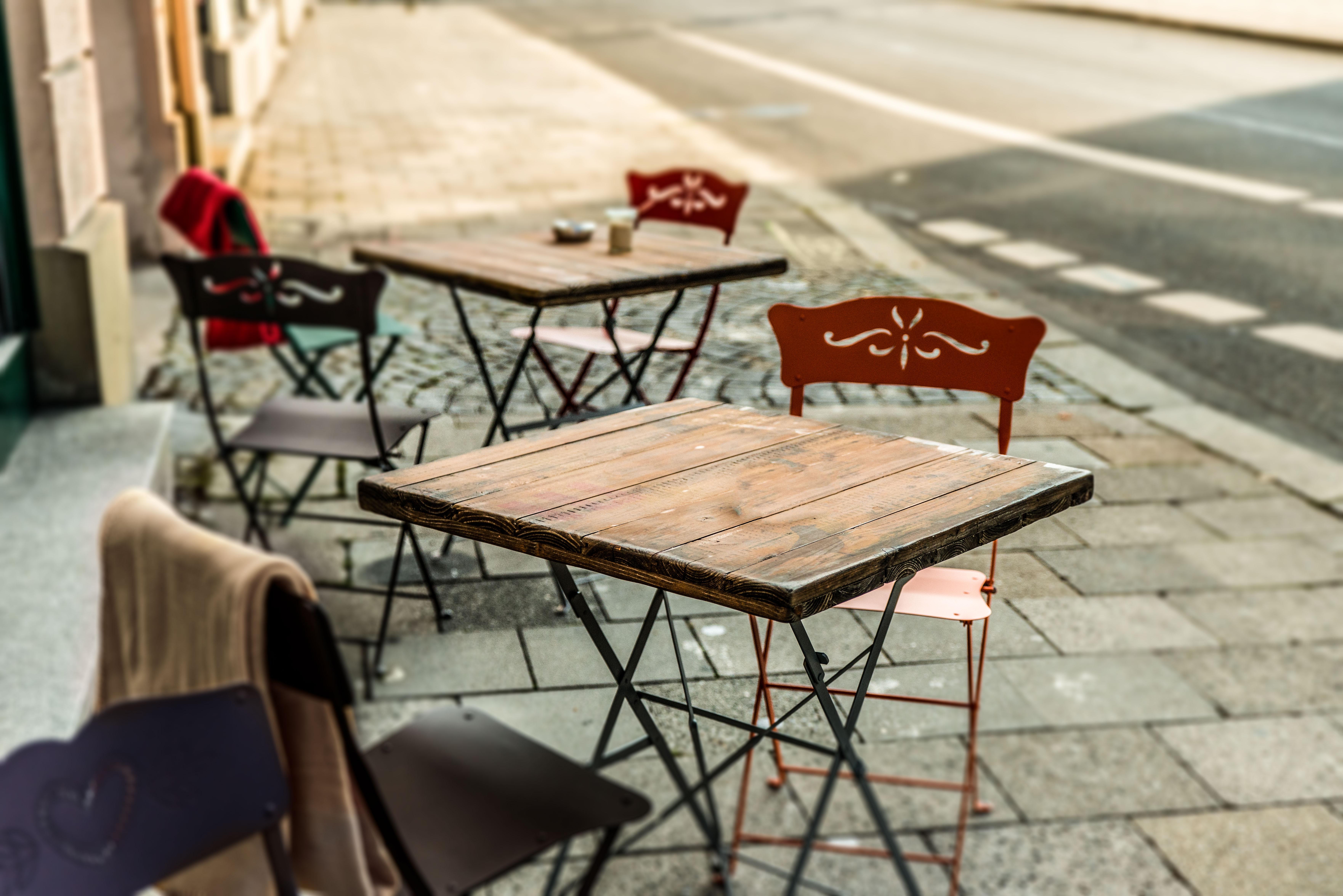 Holztisch aus altem Holz mit Logodruck