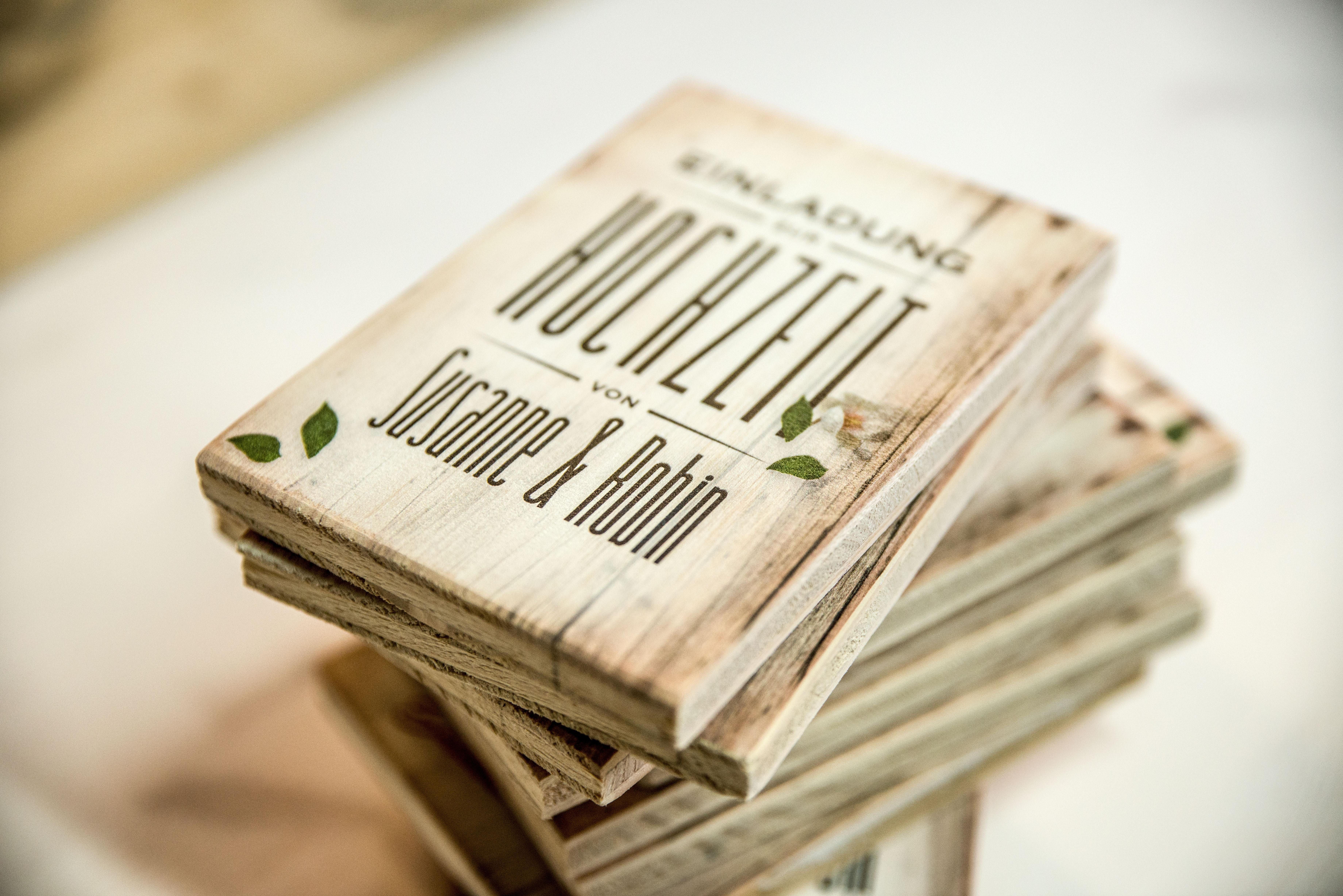 Massive Holzkarte bedruckt mit einer Einladung