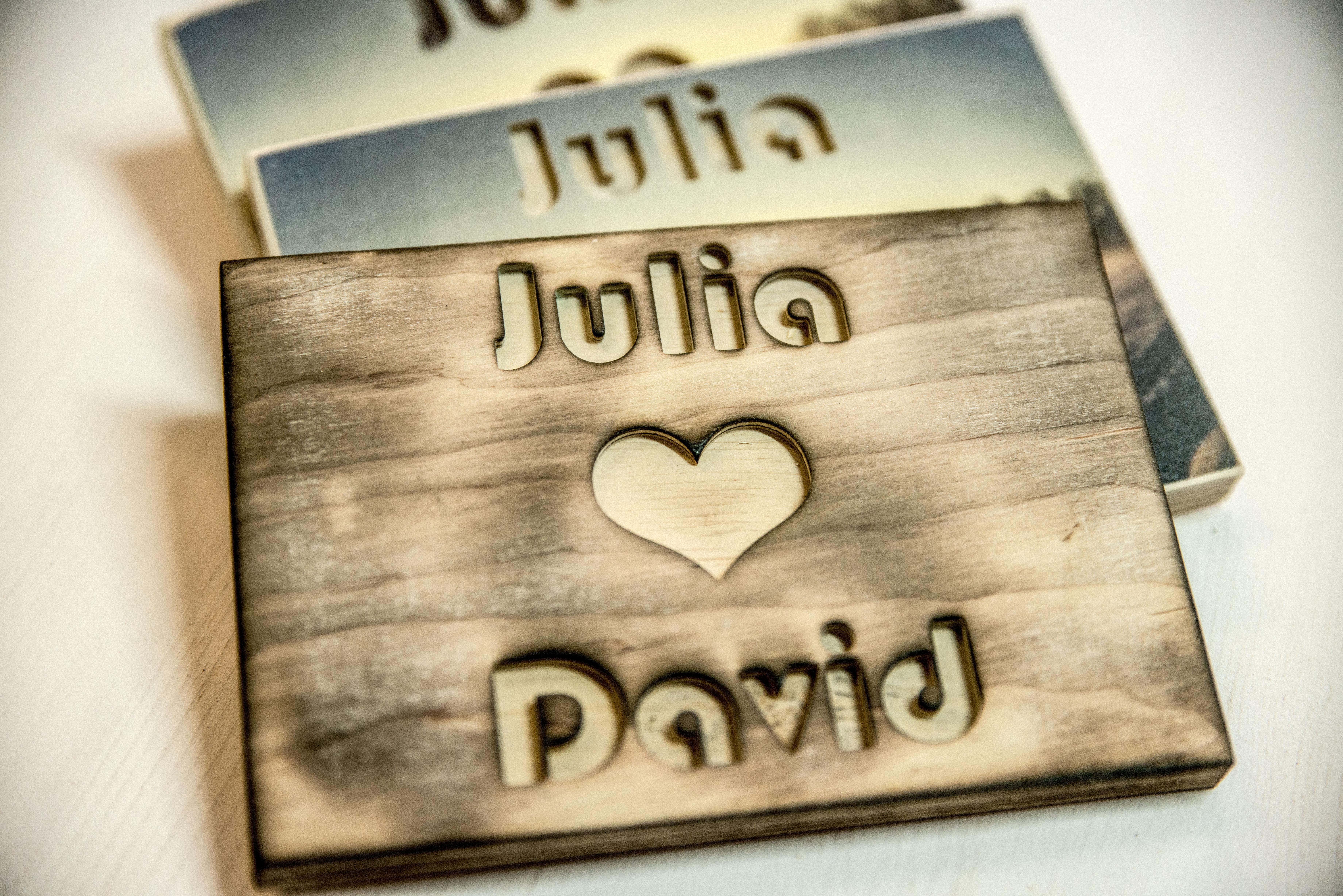 In Holz gefräste Namen