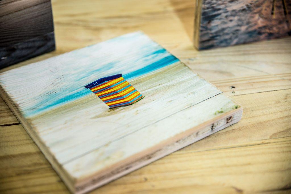 Ein Strandmotiv, gedruckt auf altem Holz