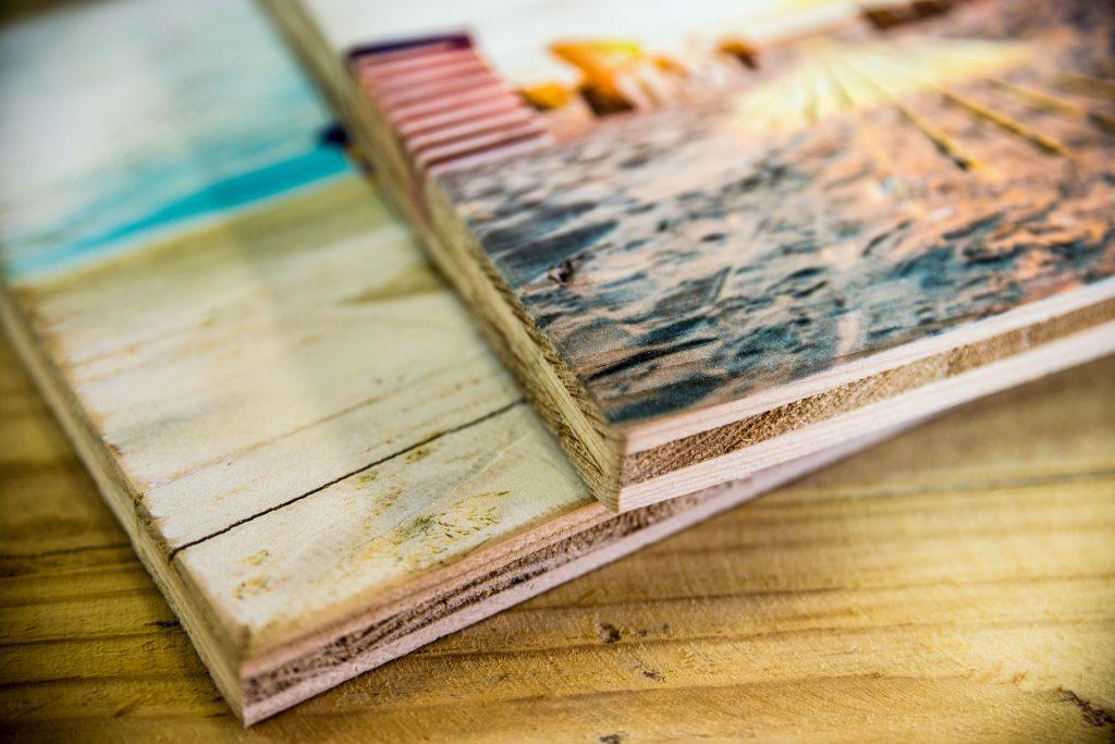 Zwei Drucke auf altem Holz