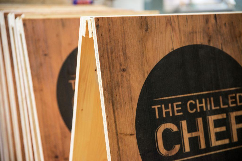 Tischaufsteller aus Holz - Klare Formen