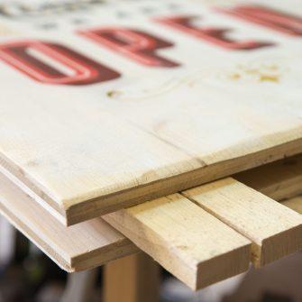 Holzfüsse am Kundenstopper