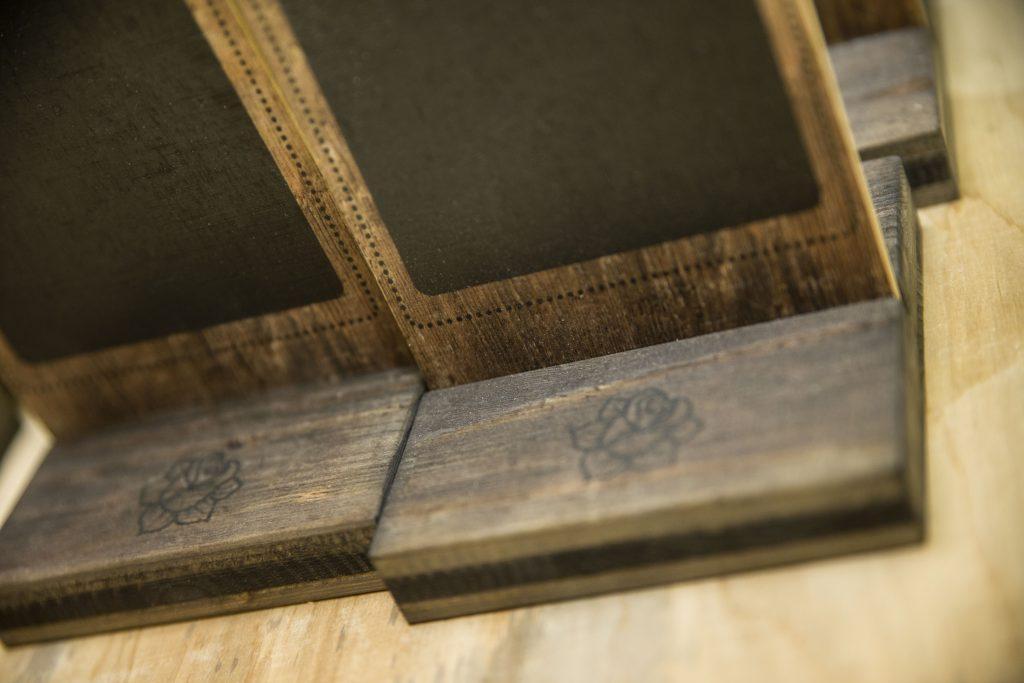 Tischaufsteller aus Holz - Auch die Sockel der Tischaufsteller sind bedruckt