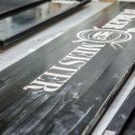 Bedrucktes Ladenschild aus Holz