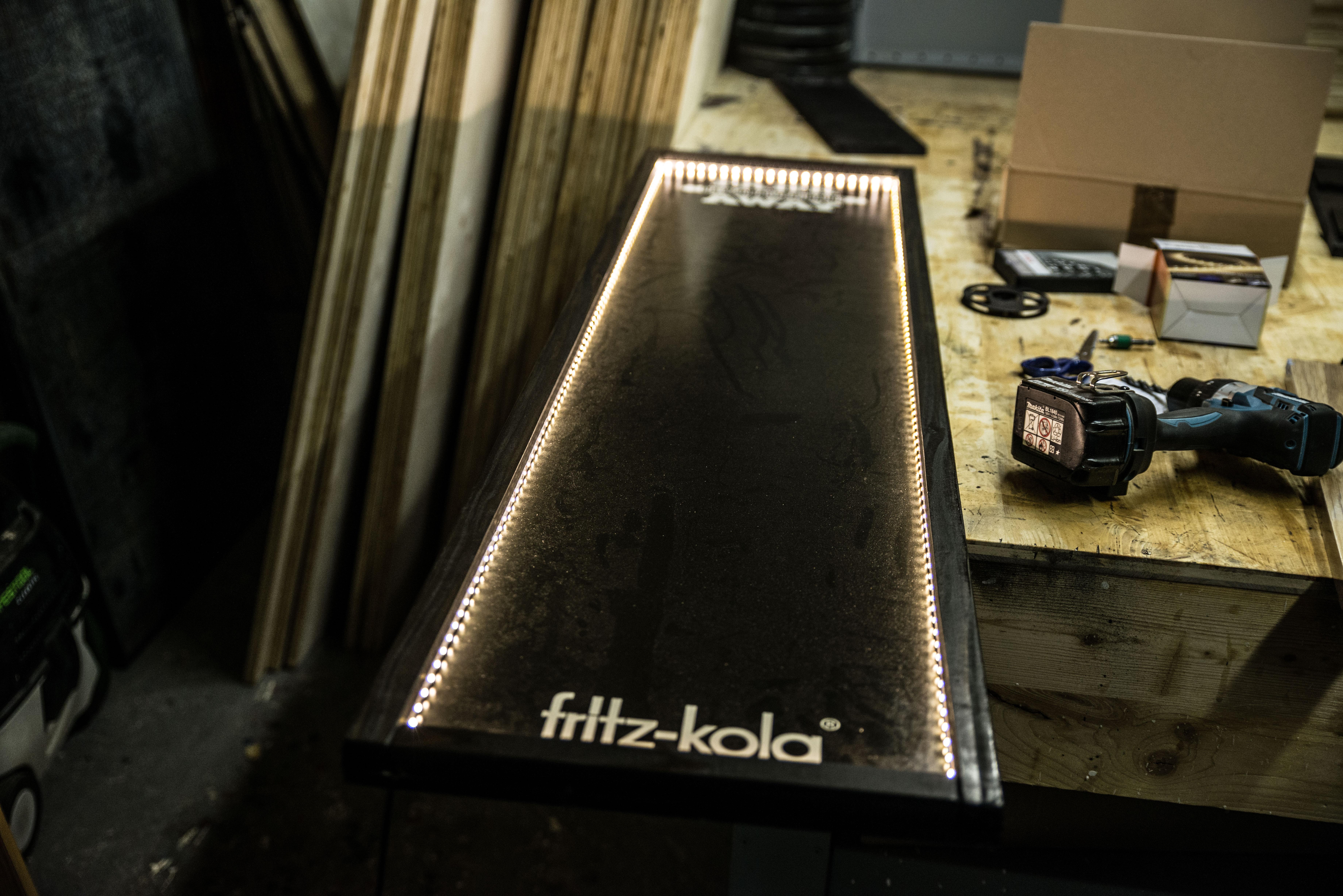 Beleuchtete Kreidetafel aus Holz