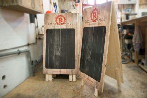 Beschriftbare Kundenstopper aus Holz