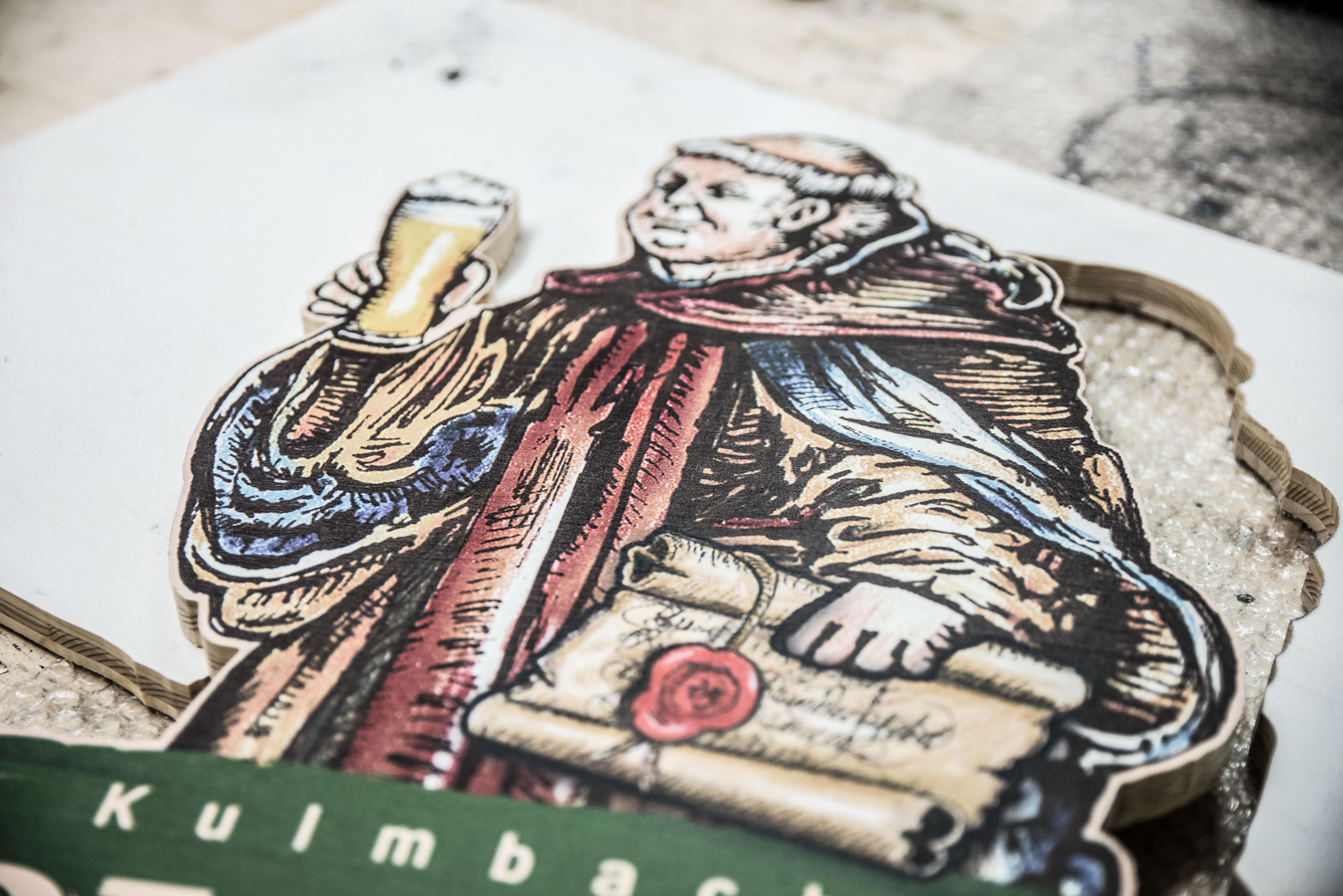 Detailansicht eines bedruckten und gefrästen Holzschildes