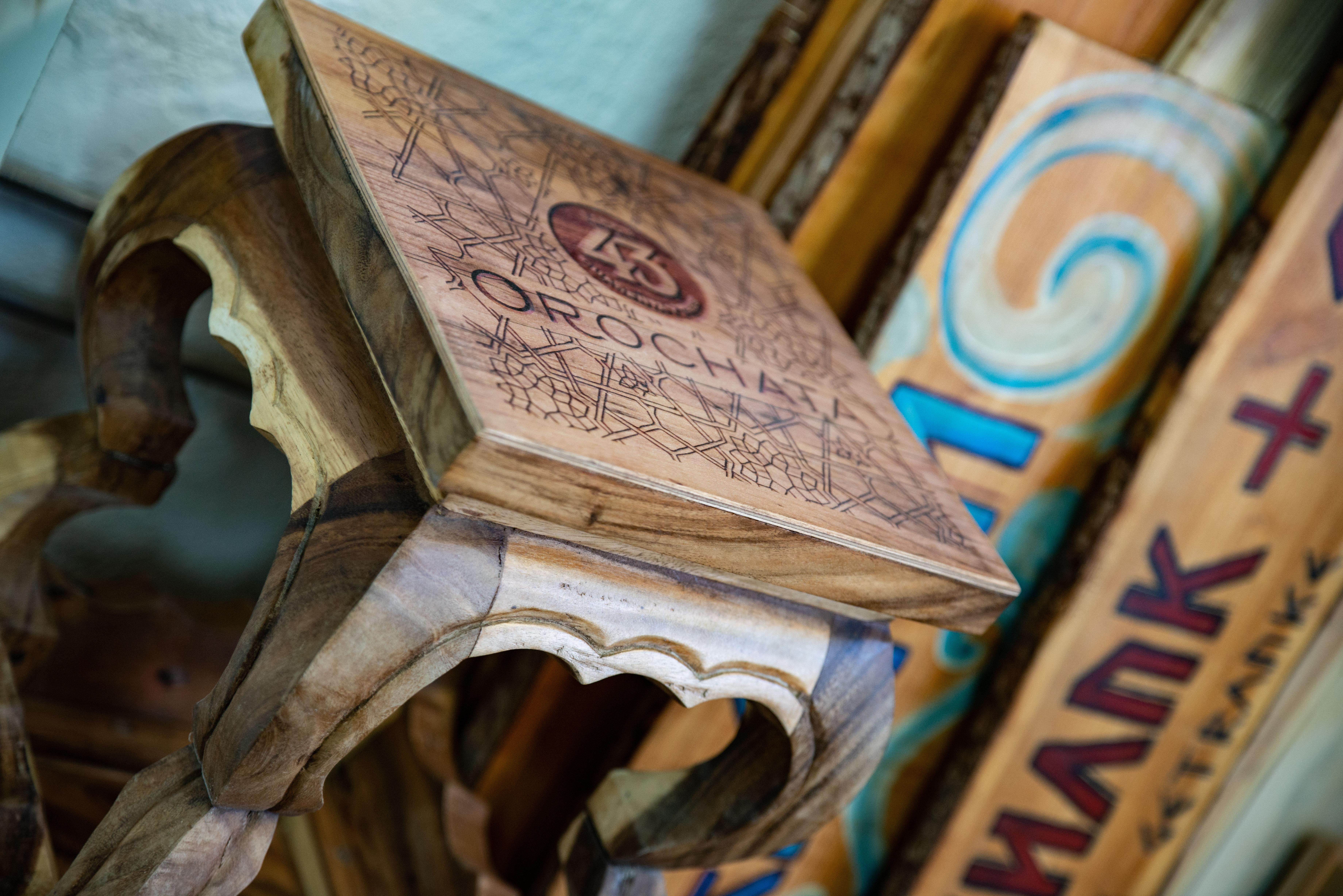 Ein bedruckter Hocker aus Holz für 43er Likör