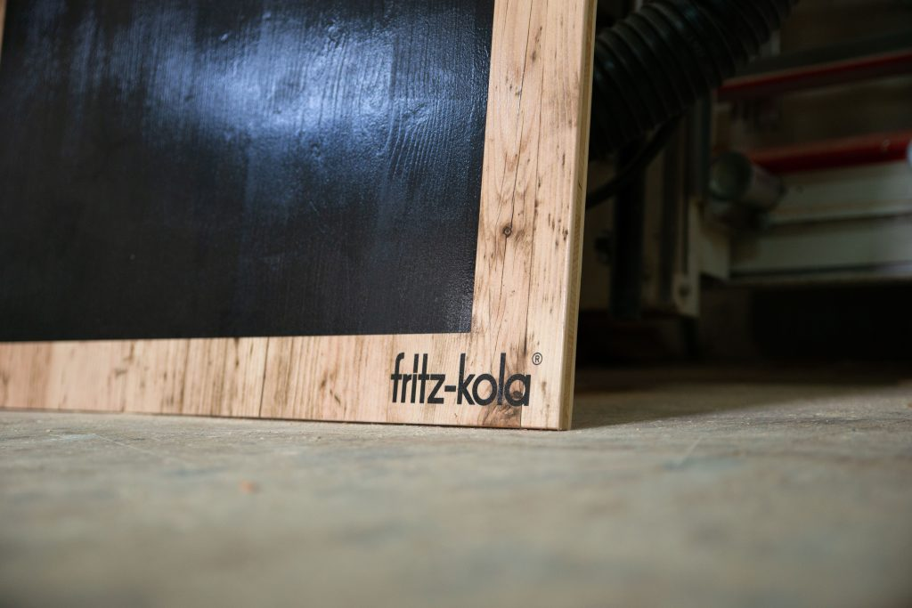 Detailansicht Aufsteller aus Holz für Fritz Kola