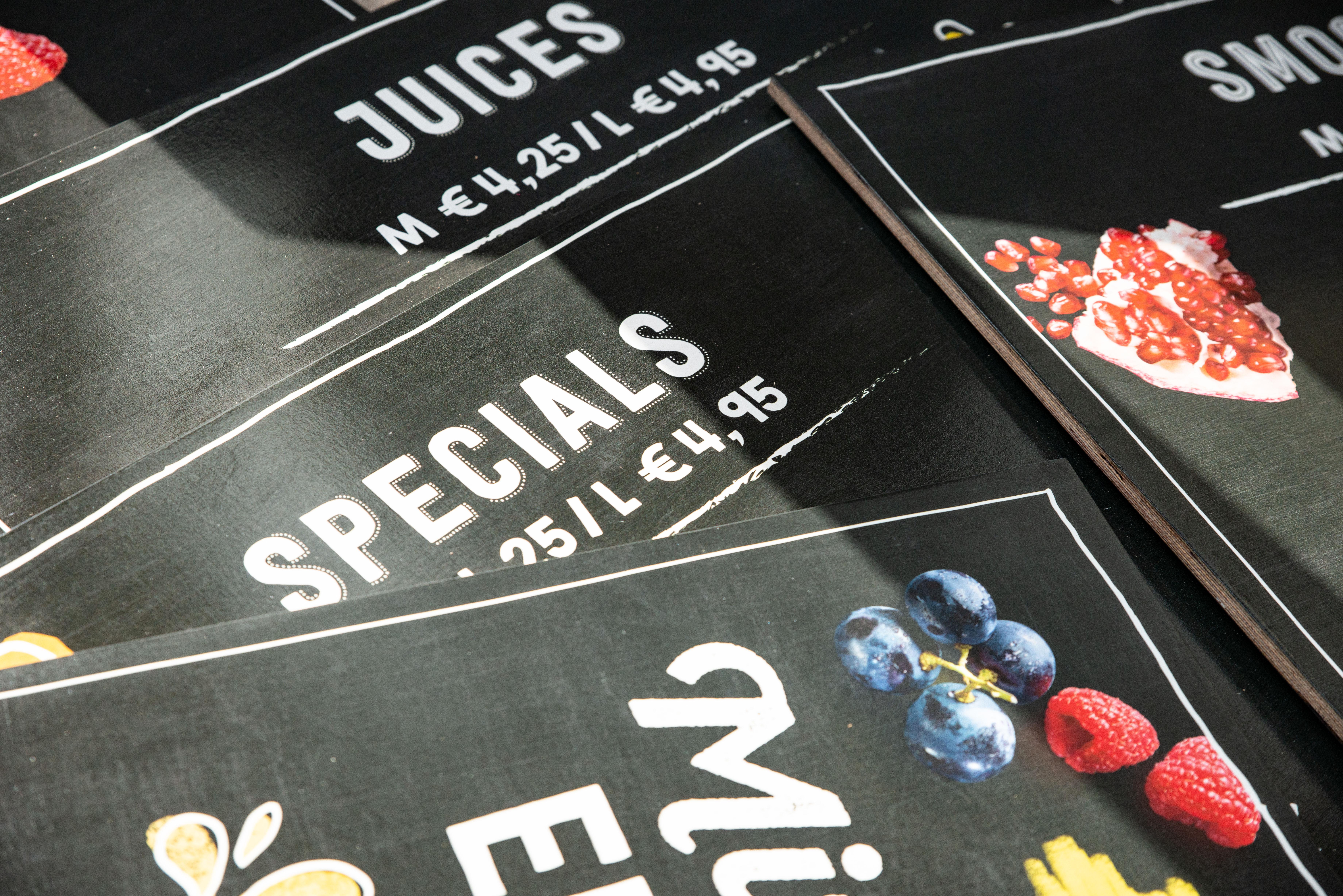 Holztafeln mit eingedruckten Preisen