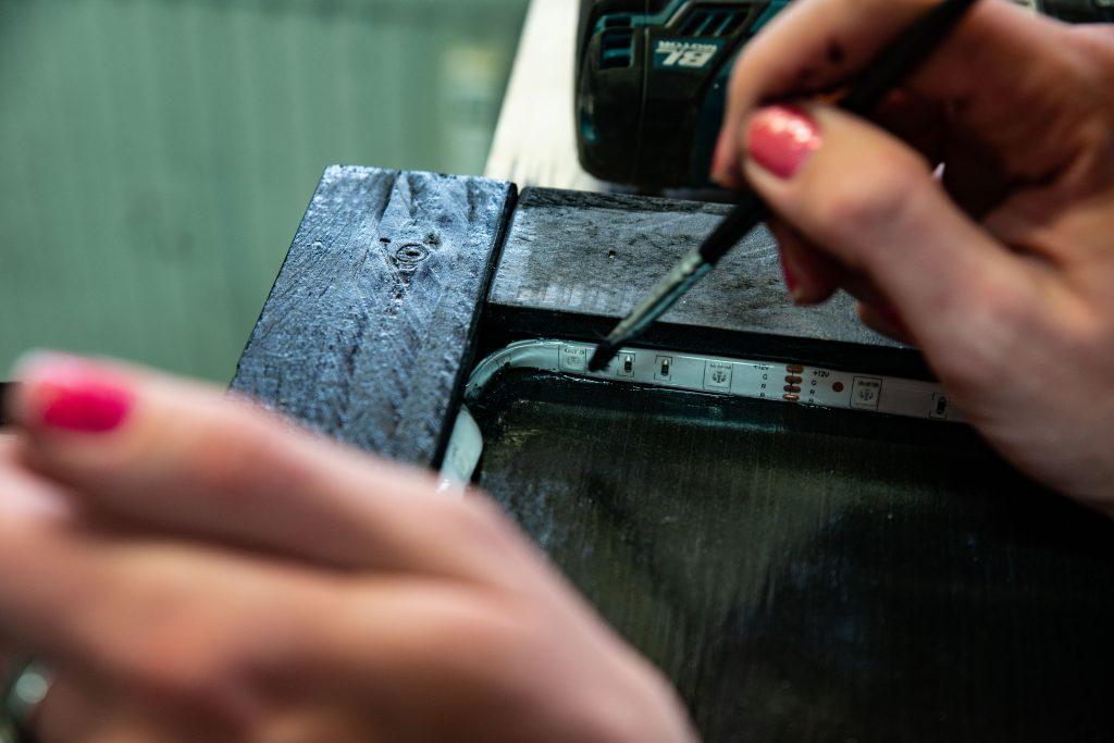 Eine Kreidetafel wird mit einem LED Band versehen