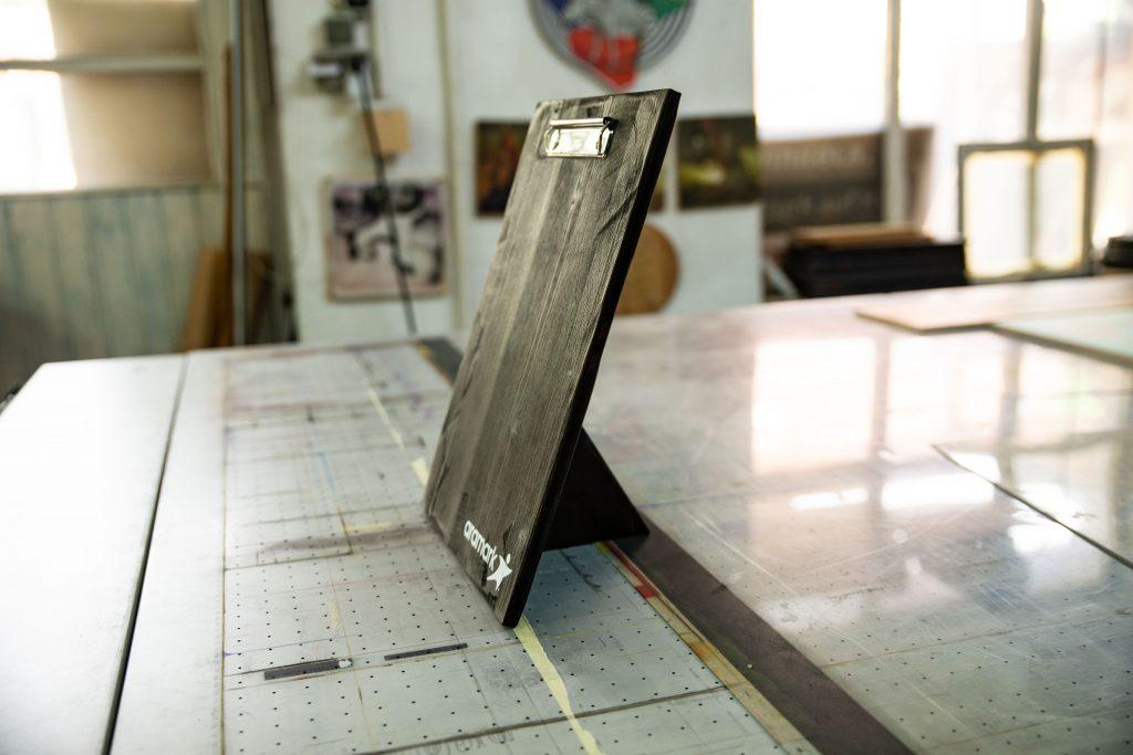 Tischaufsteller aus Holz - Die Menükartenhalter sind auf der Rückseite mit einem Ständer versehen