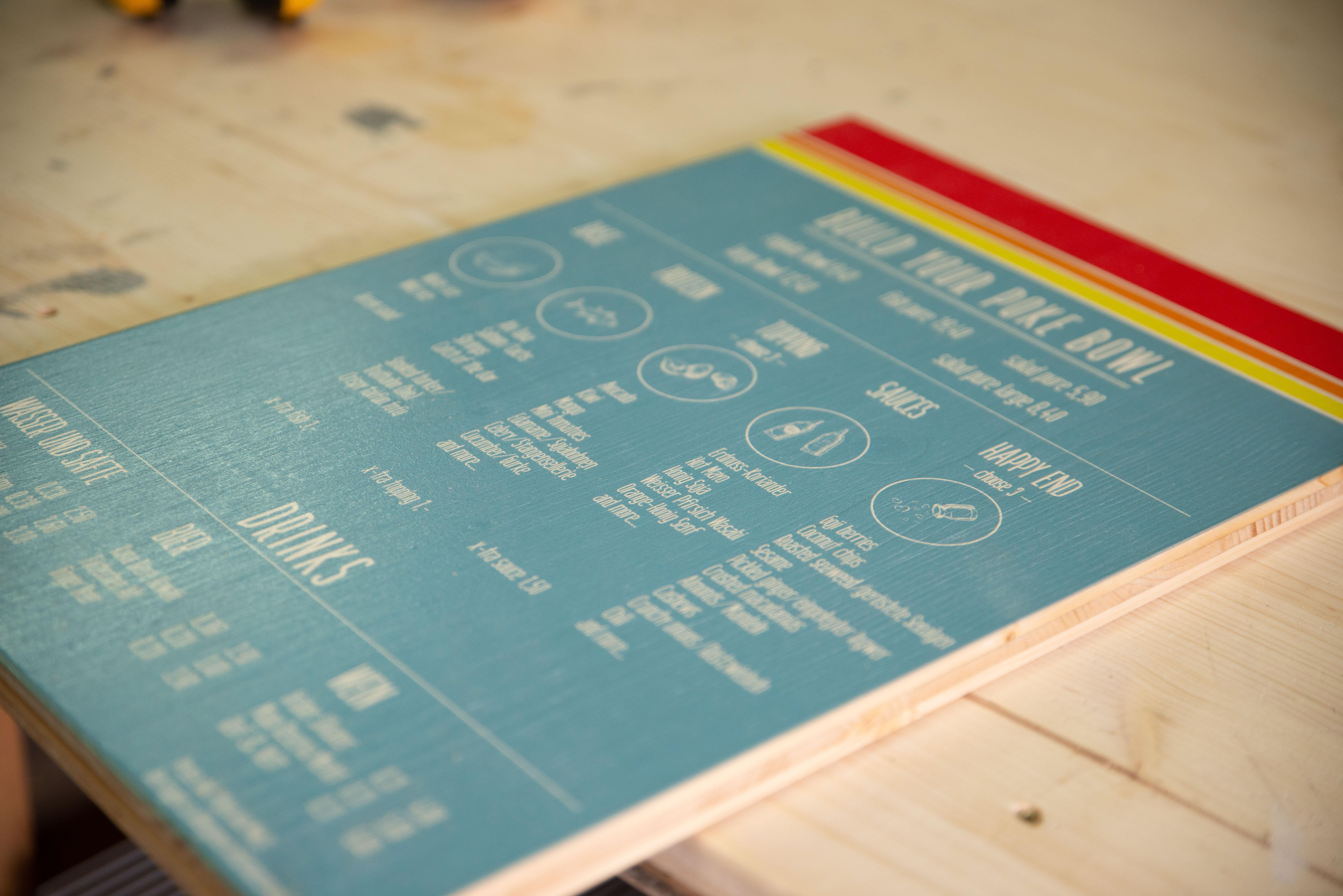 Eine direkt auf Holz gedruckte Preistafel