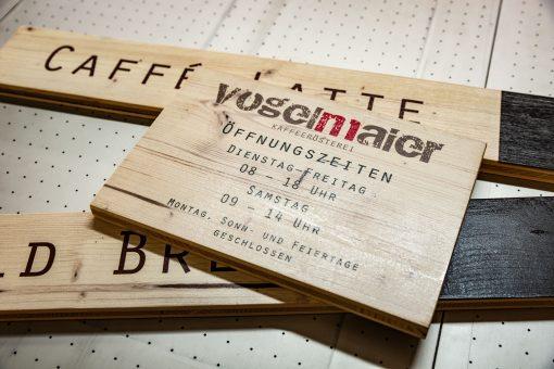 Bedrucktes Holzschild für Öffnungszeiten