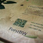 Extrem klarer und scharfer Druck eine Grafik auf Holz