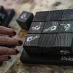 Ein TicTacToe Spiel aus Holzwürfeln mit weißem Druck