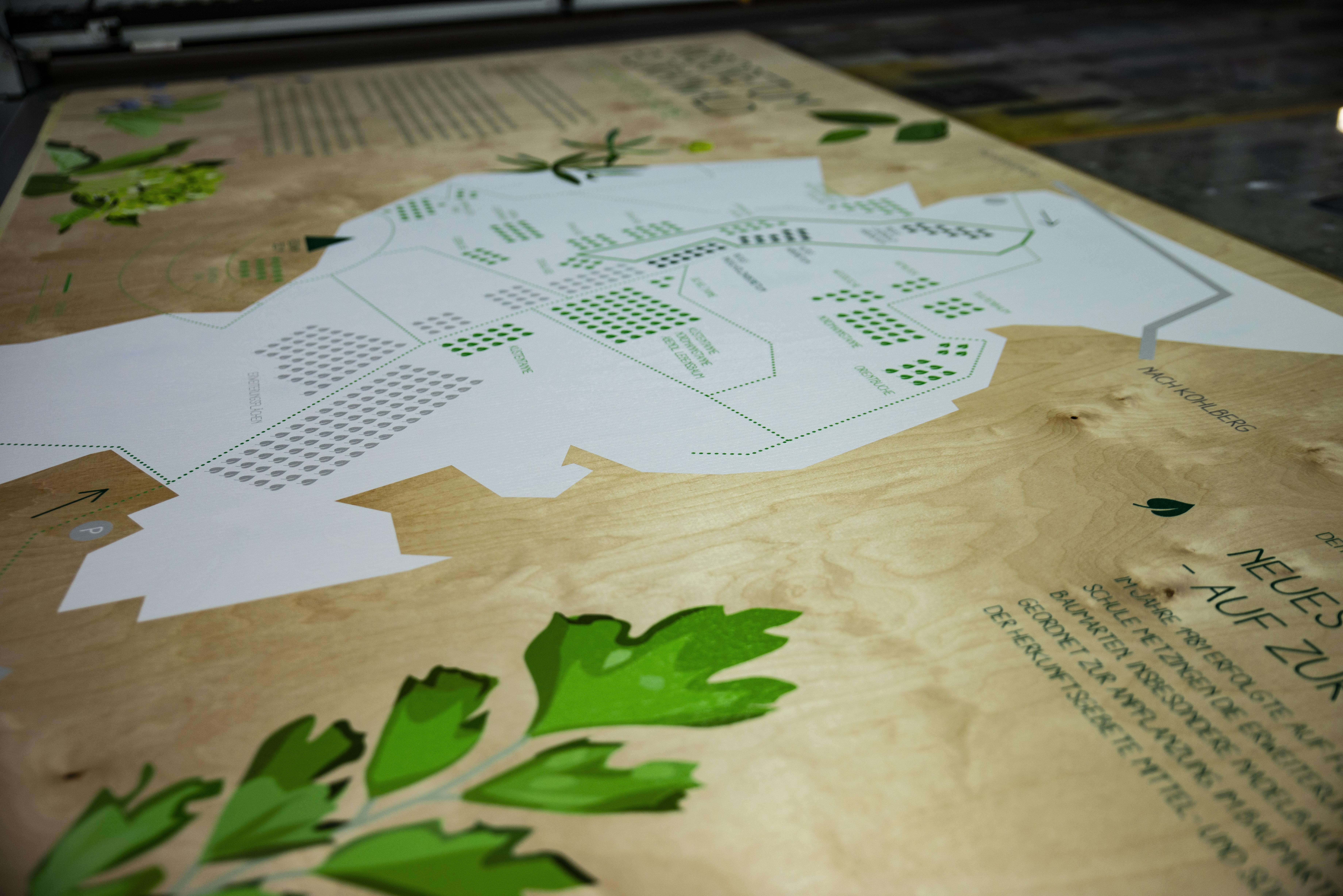 Großflächiger Druck mit Weißer Farbe auf Holz