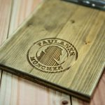 Graviertes Holz