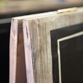 Detailansicht Klappaufsteller gebürstetes Holz