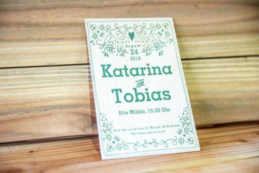 Einladungskarte auf dünnem Holz