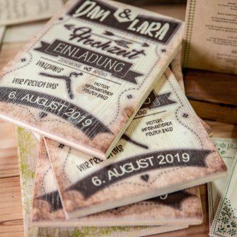 Einladungskarten-aus-dickerem-Holz Holzdrucke für Hochzeiten