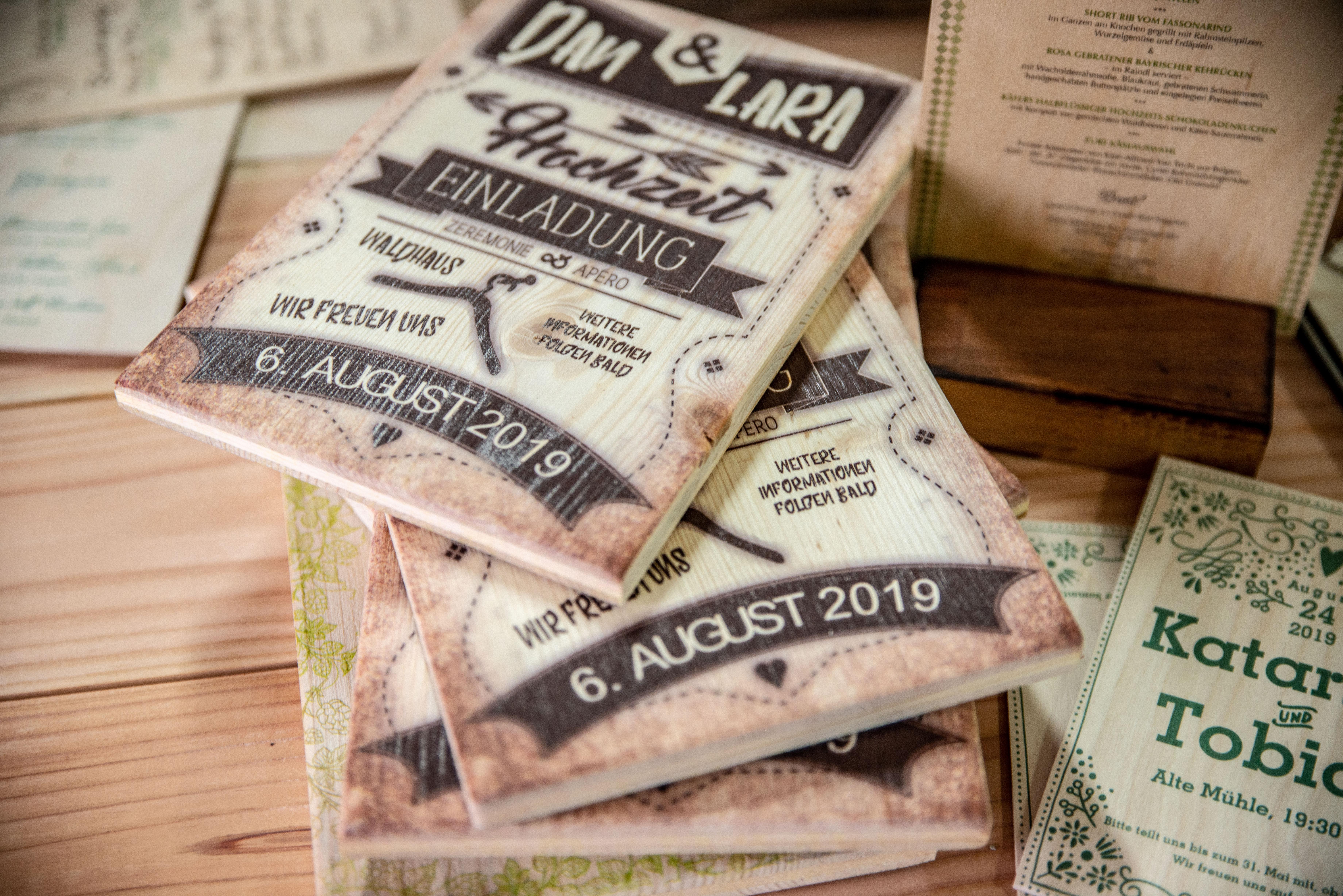 Einladungskarten-aus-dickerem-Holz