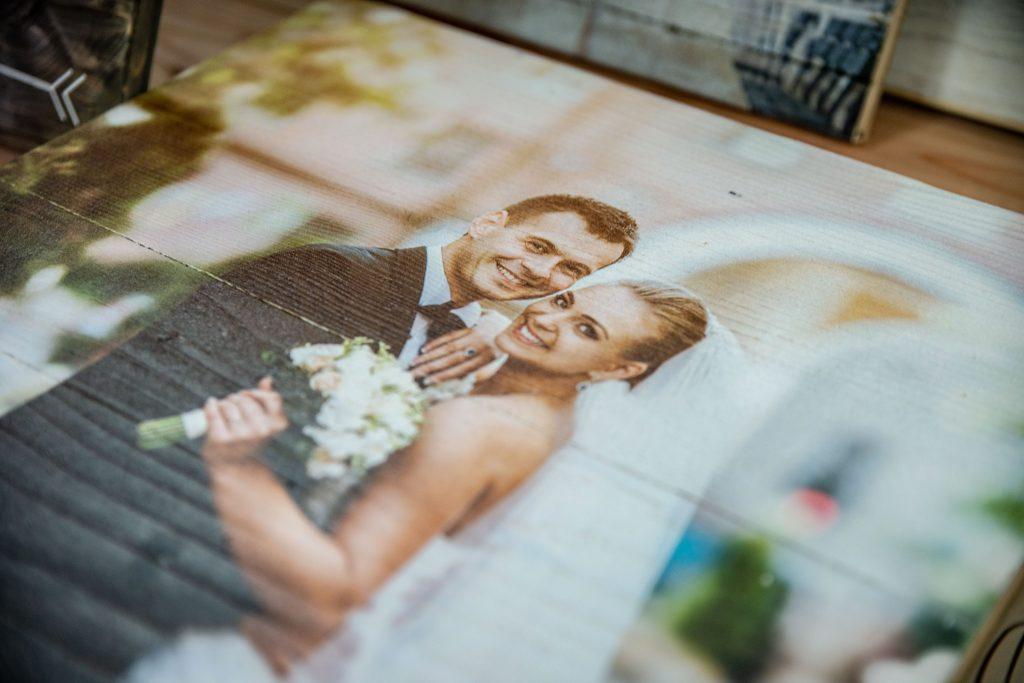 Hochzeitsbild-gedruckt-auf-altem-Holz