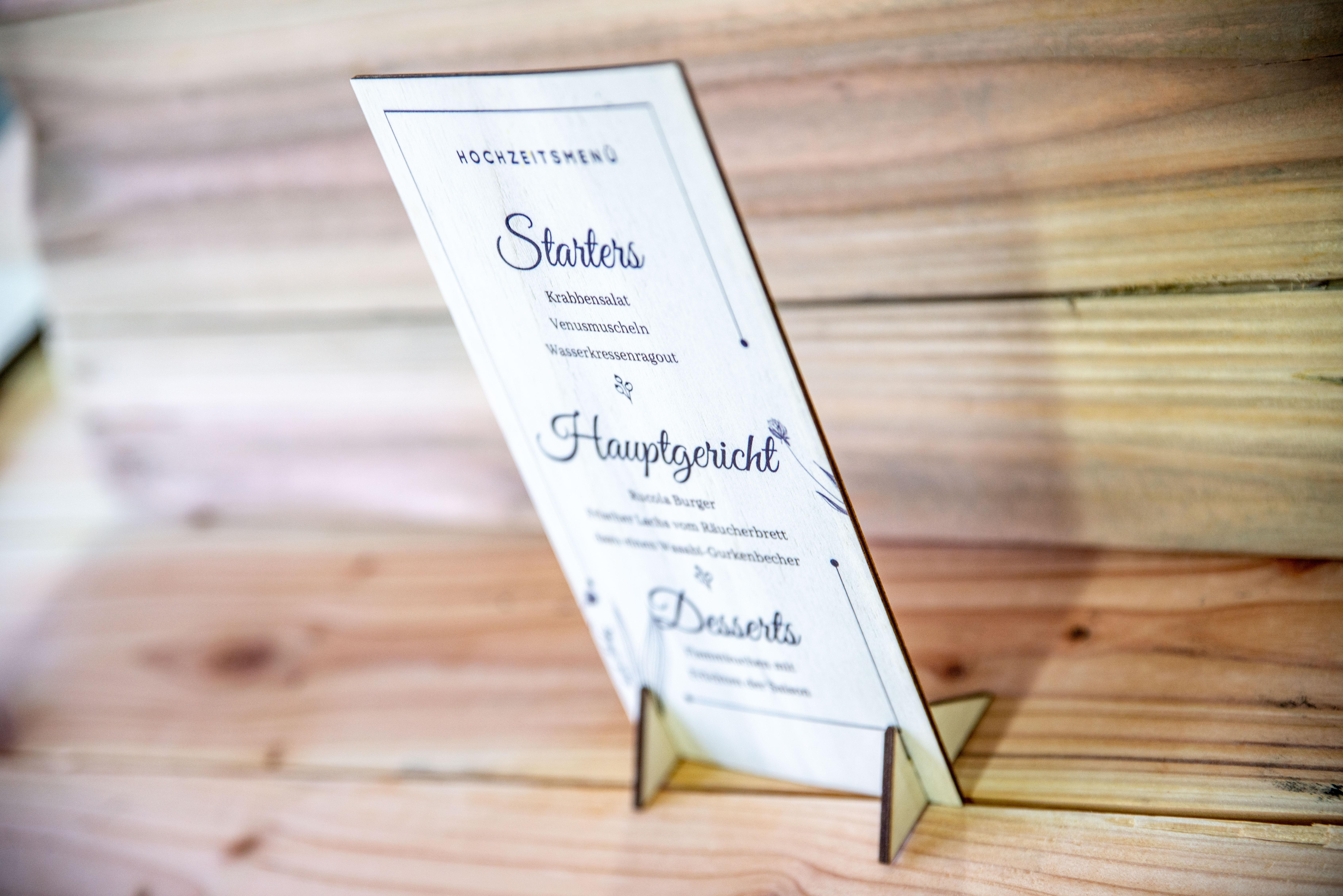Hochzeitsmenü-Tischaufsteller-aus-Holz