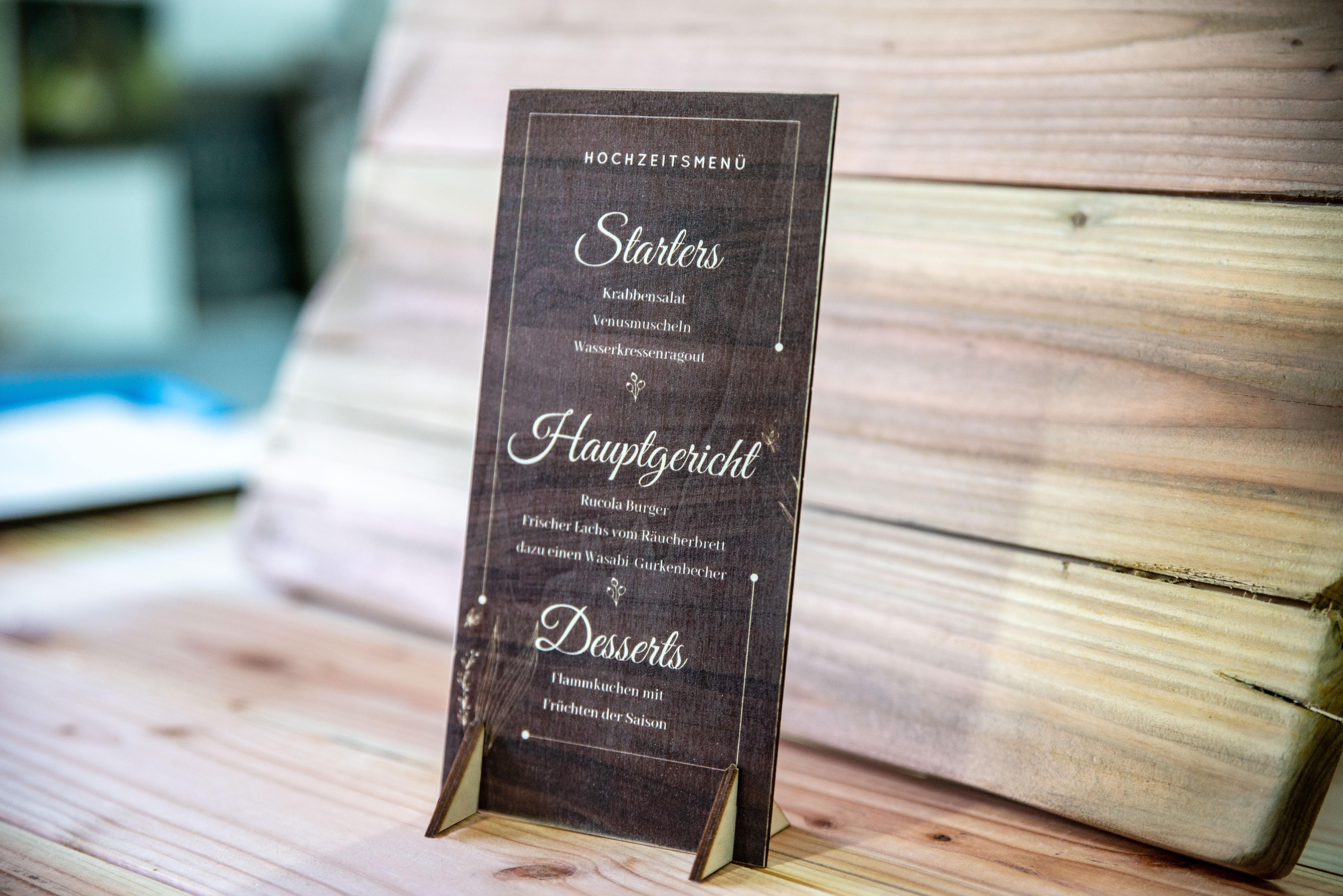 Menü-für-Hochzeit-auf-Holz-gedruckt