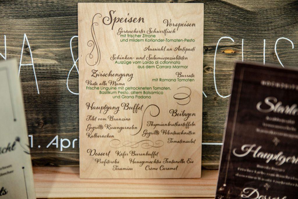 Menükarte-für-eine-Hochzeit-direkt-auf-Holz-gedruckt