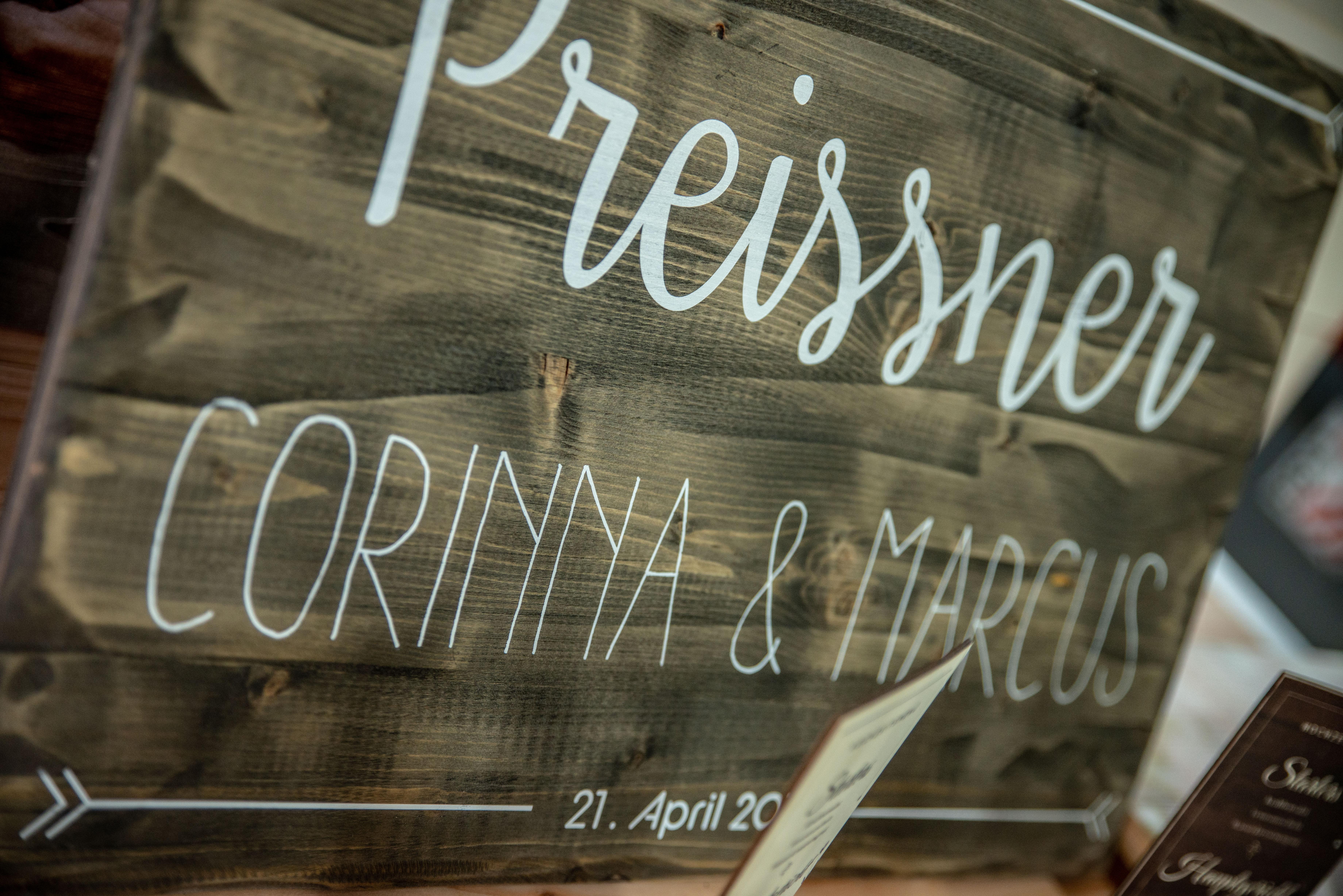 Willkommensschild-für-Hochzeit-aus-Holz-mit-Weißdruck