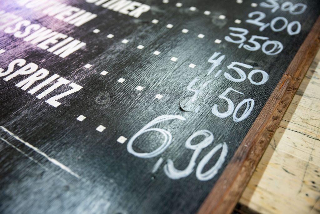 Beschreibbare Getränketafel aus Holz