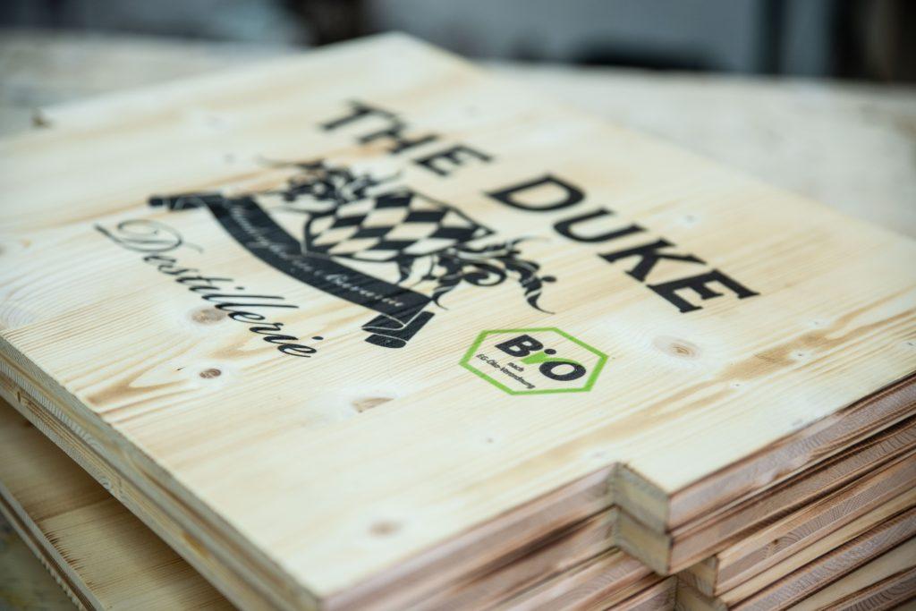 Druck auf konturgeschnittenes Fichtenholz
