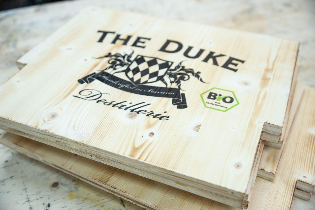 Geflammtes Fichtenholz mit Logodruck